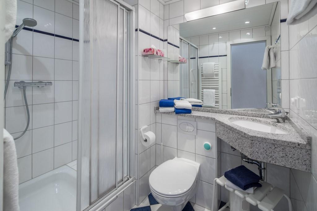 Wohnung Dusche In Der K?che : Diese Wohnung ist mit allergikerfreundlichem Korkparkett ausgelegt.